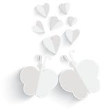 Weißer Origami Herz und Schmetterling lokalisiert im weißen Hintergrund. Stockfoto