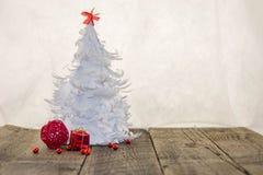 Weißer Origami Weihnachtsbaum mit roter Dekoration Stockfoto