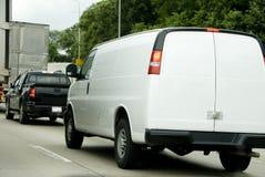 Weißer Packwagen im Verkehr stockbild