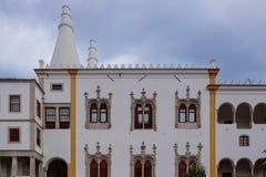 Weißer Palast mit enormen Kaminen Lizenzfreie Stockbilder