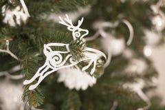 Weißer Pelzbaum spielt auf dem selbst gemachten Weihnachtsbaum Stockbilder