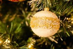 Weißer perliger Flitter auf Weihnachtsbaum Lizenzfreies Stockfoto