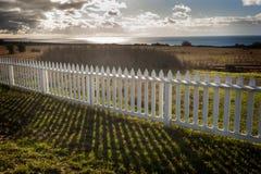 Weißer Pfosten-Zaun Stockbild
