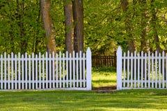 Weißer Pfosten-Zaun im Park Stockbild