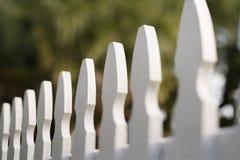 Weißer Pfostenzaun. Stockbild