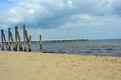 Weißer Pier durch die Ostsee Stockbilder
