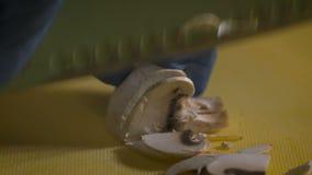 Weißer Pilz komplett und mit einem Messer auf Plastikbrett geschnitten stock footage