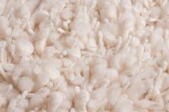Weißer plüschartiger geknoteter Teppich Stockbild