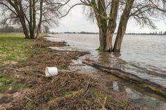 Weißer Plastikeimer wusch sich an Land auf dem Riverbank Stockbilder