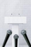 Weißer Podium-Tribüne-Podiums-Stand mit Mikrophonen renderin 3D Lizenzfreie Stockfotos