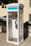 Weißer portugiesischer Telefonstand in Lissabon Stockfotografie
