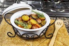 Weißer Potenziometer gefüllt mit gekochter Curry-Hauptmahlzeit Stockbilder