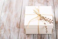Weißer Präsentkarton mit rustikaler Schnur und Zweig des Lavendels Stockbild