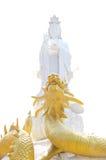 Weißer Quan-Yin und goldel Drache Stockfoto