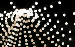 Weißer Radial-bokeh Hintergrund Glühlampen nachts Straßendekor Weihnachtslichter, Feiertagskonzept lizenzfreies stockbild