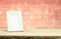 Weißer Rahmen auf Tabelle mit bokeh Hintergrund Stockfotos