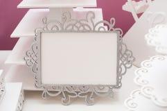 Weißer Rahmen der Weinlese auf einer Tabelle und Platz für Text Stockbilder