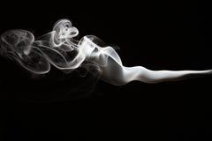 Weißer Rauch auf einem schwarzen Hintergrund Stockbilder