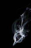 Weißer Rauch auf schwarzem Hintergrund, weißer Rauch auf schwarzem Hintergrund, Rauchhintergrund, weißer Tintenhintergrund, Rauch Lizenzfreies Stockbild