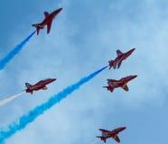 Weißer Rauch der roten Pfeile und blauer Himmel Weston Air Festival-Weston-s-Stute Somerset Stockbilder