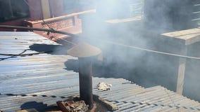Weißer Rauch kommt vom Kamin stock footage