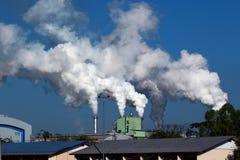 Weißer Rauch von der Fabrik Lizenzfreie Stockbilder