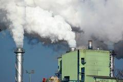 Weißer Rauch von der Fabrik Stockfotos