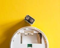 Weißer Rauchmelder mit der neun-Volt-Batterie Stockfotografie