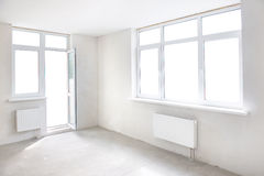 Weißer Raum mit Fenster lizenzfreie stockfotografie