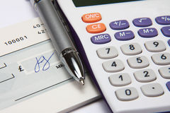 Weißer Rechner mit einer Feder und einer Unterzeichnung Stockfoto