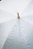 Weißer Regenschirm Lizenzfreie Stockfotografie