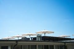 Weißer Regenschirm in der Sommersonne Lizenzfreie Stockfotos