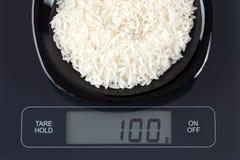 Weißer Reis auf Küchenskala Lizenzfreie Stockbilder