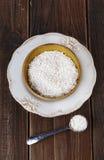 Weißer Reis in einer keramischen Schüssel auf rustikalem hölzernem Hintergrund Lizenzfreie Stockbilder