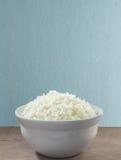 Weißer Reis in einer Schüssel gekochtem Reis in der Schüssel und auf dem Hintergrund von alten hölzernen Planken Lizenzfreies Stockbild