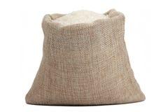 Weißer Reis im Leinwandsack lokalisiert auf weißem Hintergrund Stockbilder