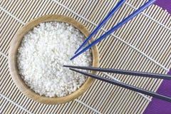 Weißer Reis mit Stöcken Stockfotos