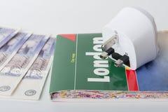 Weißer Reisestromadapter, europäisch nach Großbritannien, Lizenzfreie Stockfotografie