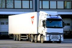 Weißer Renault Trucks T halb durch Lager Lizenzfreie Stockfotografie