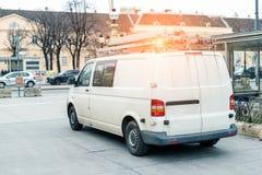 Wei?er Reparatur- und Service-Packwagen mit Leiter und orange Lichtstrahl auf Dach an der Stadtstra?e Unterst?tzungs- oder Instal stockfotos