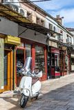 Weißer Roller in der alten italienischen Art parkte auf der Straße lizenzfreies stockfoto