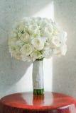 Weißer Roseblumenstrauß stockfotografie