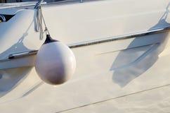 Weißer runder Bootsfender für Motorboot Stockfoto