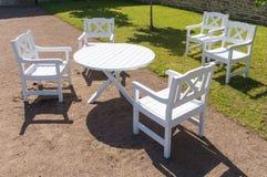 Weißer Rundtisch und Stühle im Garten Stockfotos