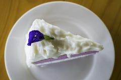 Weißer Sahnekuchen der purpurroten Kokosnuss Lizenzfreies Stockbild