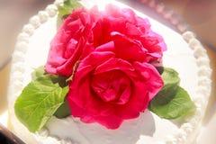 Weißer sahniger köstlicher Kuchen Stockfoto