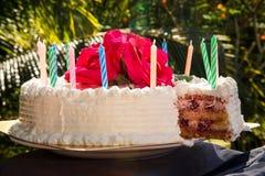 Weißer sahniger köstlicher Kuchen mit Kerzen Lizenzfreies Stockfoto