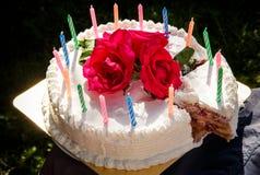 Weißer sahniger köstlicher Kuchen mit Kerzen Stockfotos