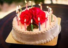 Weißer sahniger köstlicher Kuchen mit Kerzen Stockfotografie