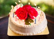 Weißer sahniger köstlicher Kuchen mit Kerzen Stockbilder